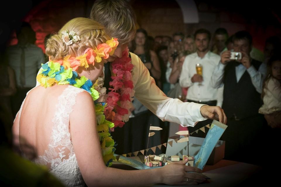 Brautpaar Hochzeitsfotografie Geschenkübergabe